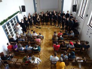 KD marec 2020 komorni zbor Akademije za glasbo_dvorana od zgoraj