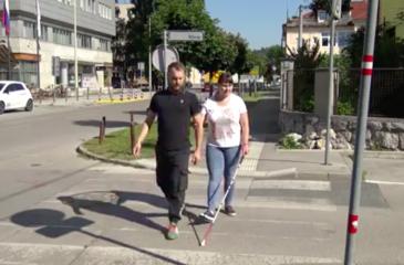 vodenje slepega čez prehod za pešce